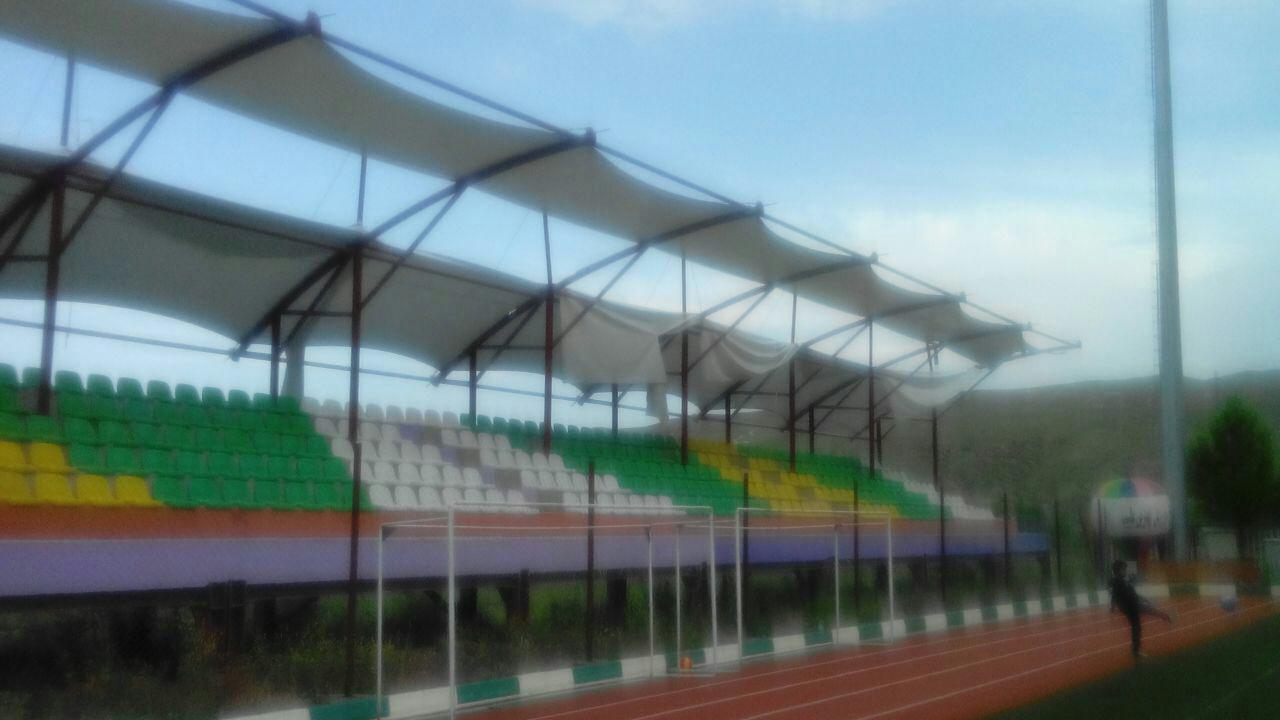 ریختن و پاره شدن پارچه های بی کیفیت سایبان استادیوم با بارش اولین باران