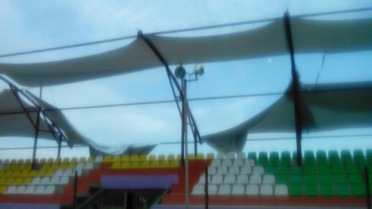 علت پاره شدن سایبان پارچه ای استادیوم شهدای لواسان